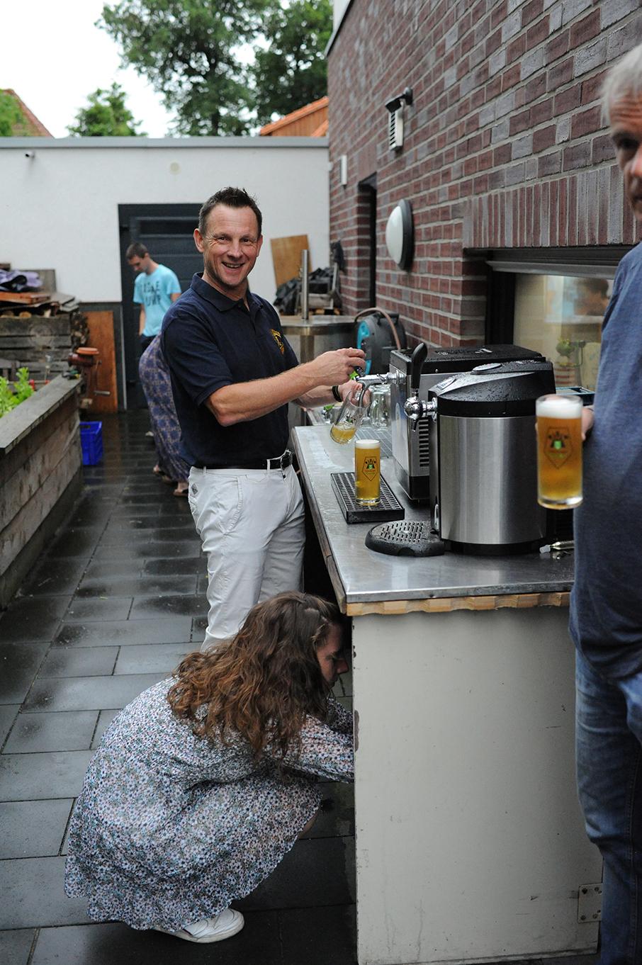Axel Keller zapft Bier